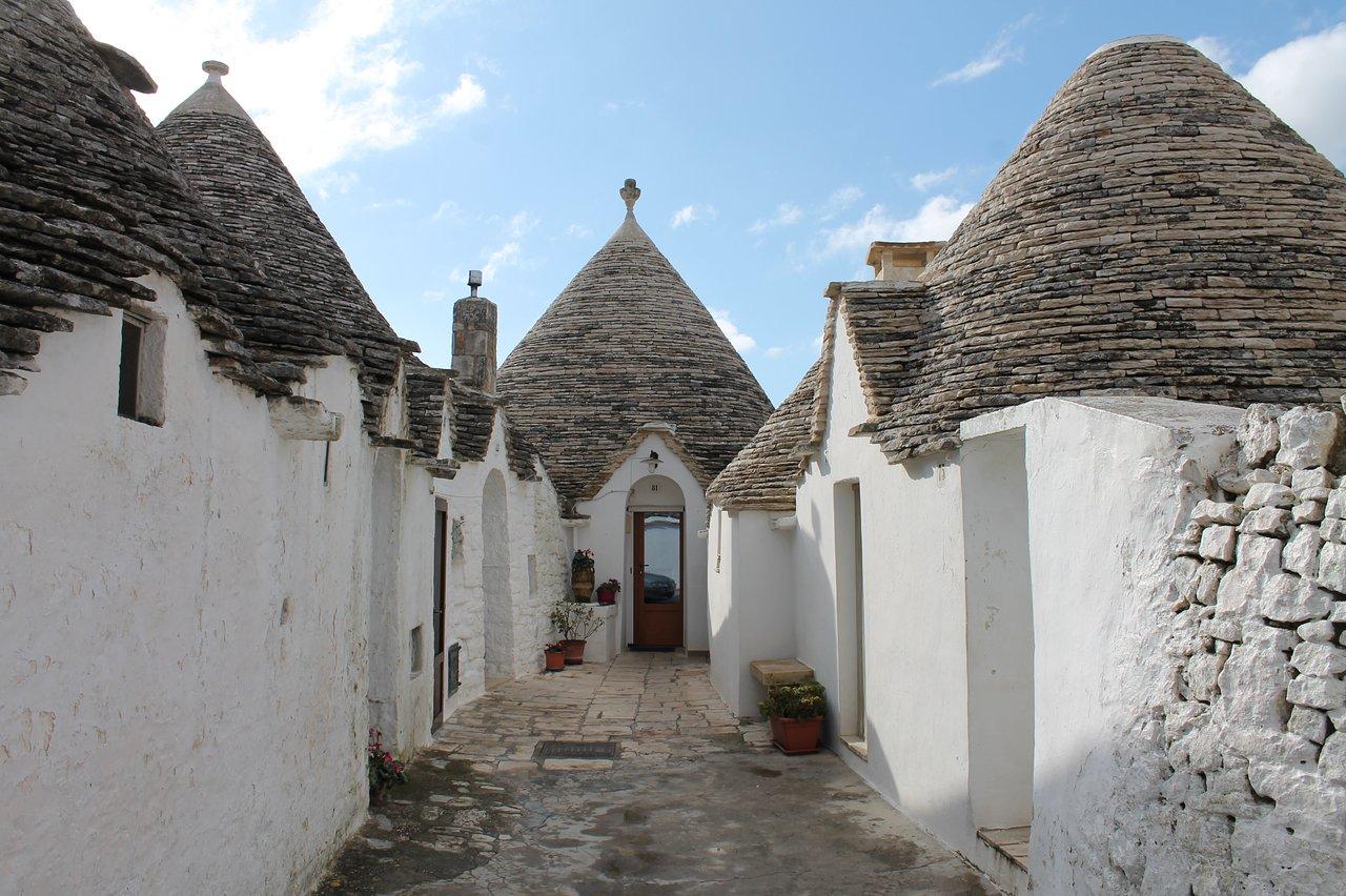 Trulli-di-Alberobello-rione-aia-piccola