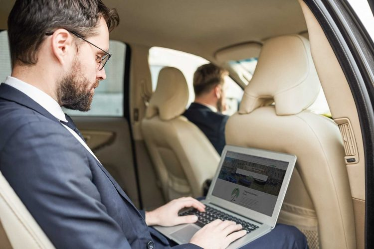 businessman-al-pc-in-un-auto-ncc